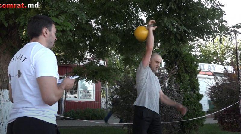 (Видео) Житель Комрата в честь дня города поднял гирю 2232 раза