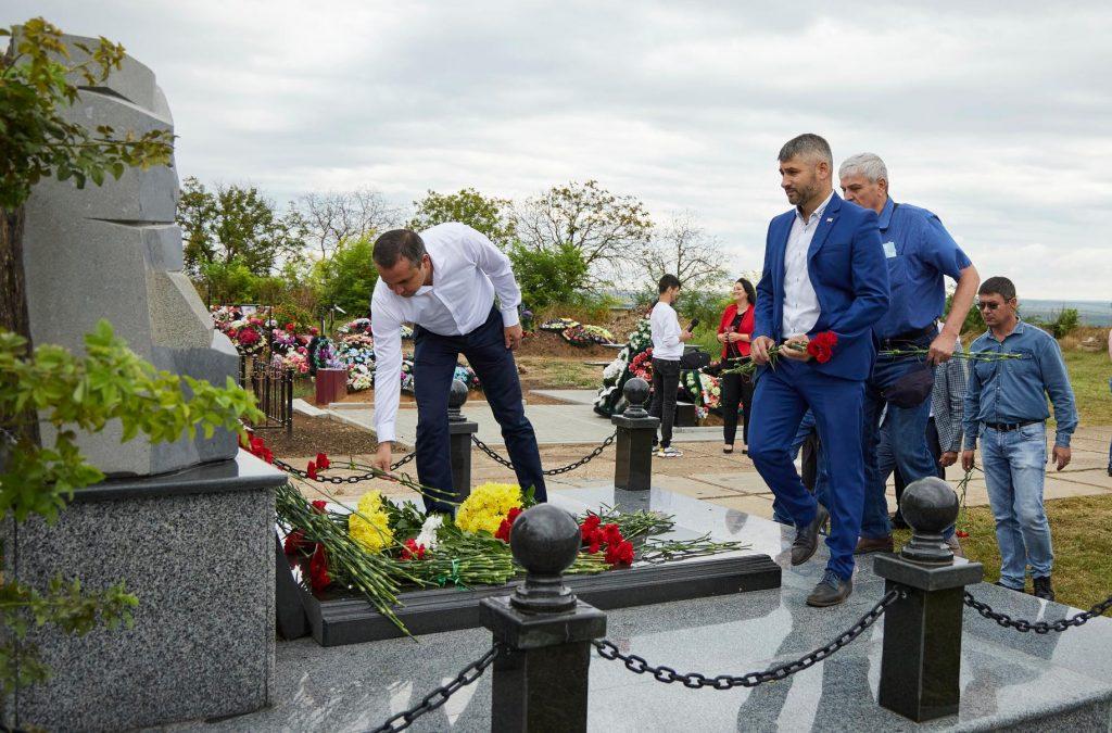 (Фото) В Комрате почтили память президента гагаузской республики Степана Топала