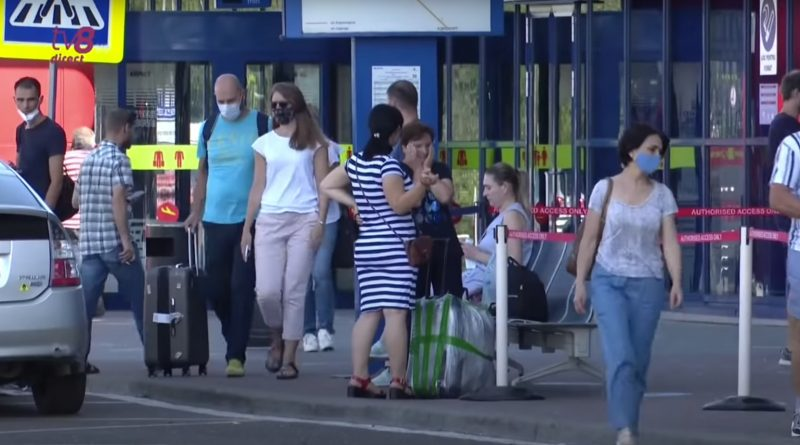 Скандал в Кишиневском аэропорту: опоздавшие на самолет пассажиры обвинили в этом сотрудников аэропорта