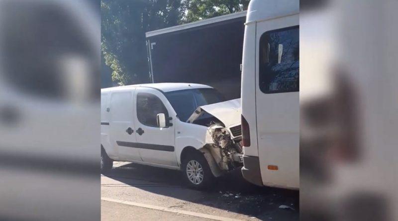 (Видео) В Кишиневе автомобиль врезался в маршрутку с пассажирами