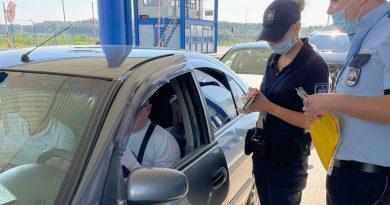 (Фото) Пограничники начали раздавать въезжающим в Молдову туристические буклеты и карты