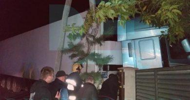 (Фото) В Кишиневе грузовик вылетел с трассы и врезался в дом