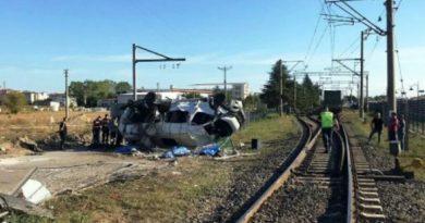 В Турции поезд столкнулся с микроавтобусом. Погибло шесть человек